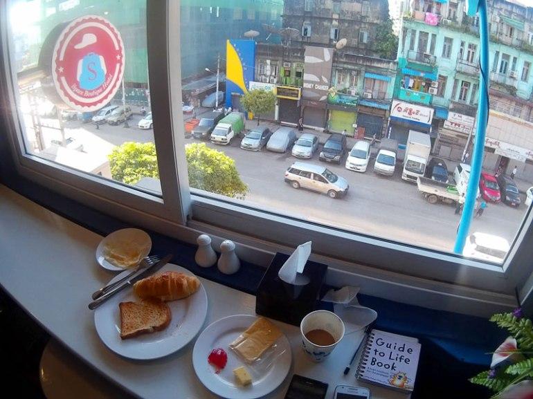 Breakfast sambil menikmati aktivitas pagi di Yangon