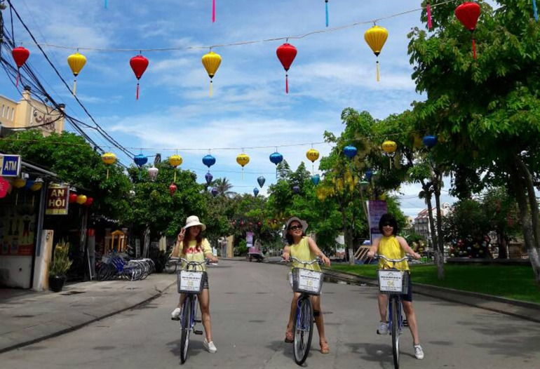 Cycling is the best way to explore Hoi An ancient town